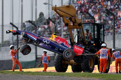 La grúa retira el coche de Daniel Ricciardo