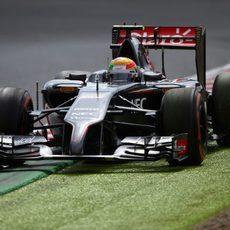 Esteban Gutiérrez apurando los límites de la pista
