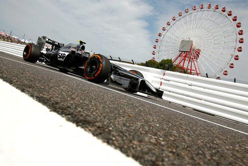 Kevin Magnussen pilotando por primera vez en Suzuka