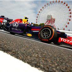 Espectacular imagen del Red Bull de Daniel Ricciardo a ras de suelo en Japón