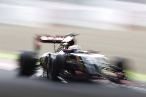 Curiosa imagen de Romain Grosjean con el Lotus E22 en Suzuka