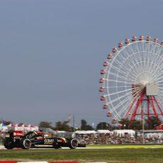 Romain Grosjean con el Lotus E22 y la noria de Suzuka de fondo