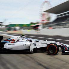 Valtteri Bottas sale del garaje al volante del FW36