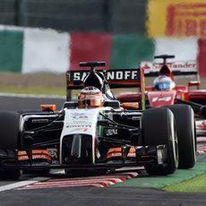 Nico Hülkenberg rueda por delante de Fernando Alonso