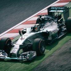 Lewis Hamilton pasa por la zona externa del trazado