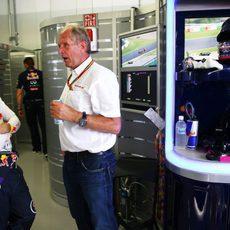 Sebastian Vettel habla con Helmut Marko en el box