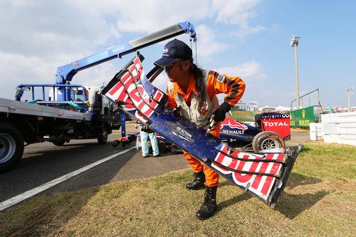 Un comisario retira el alerón del RB10 de Ricciardo