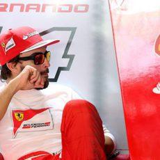 Fernando Alonso espera en su box