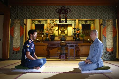 Daniel Ricciardo con un maestro en el templo de Zenshoan en Tokio