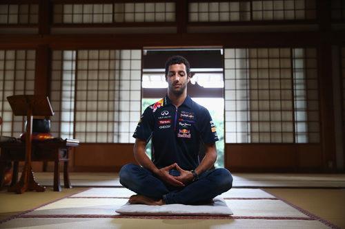 Daniel Ricciardo se acerca a la meditación zen en el templo de Zenshoan