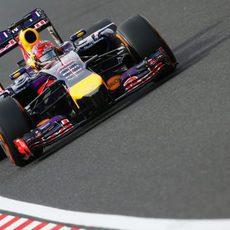 Sebastian Vettel lucha por conseguir un buen resultado con su coche