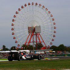 Esteban Gutiérrez ante la imponente noria de Suzuka