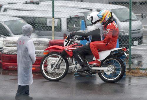 Fernando Alonso regresa a boxes en moto