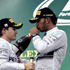 Nico Rosberg y Lewis Hamilton en el podio de Suzuka