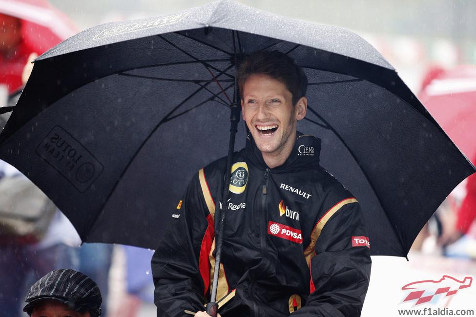 Romain Grosjean se protege de la lluvia