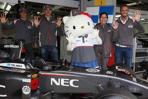 El equipo Sauber junto a Hello Kity