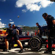 Daniel Ricciardo volviendo a su garaje