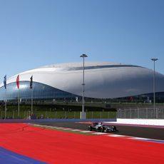 Kevin Magnussen rodando en la villa olímpica de Sochi