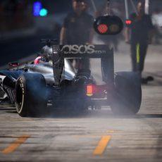 Jenson Button saliendo de su garaje