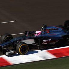 Jenson Button apurando los límites de la pista