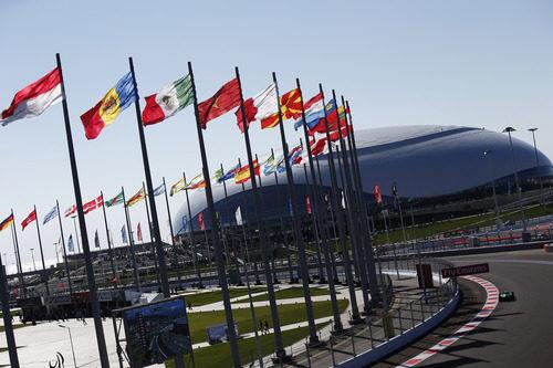 Kamui Kobayashi en la tercera curva del circuito de Sochi