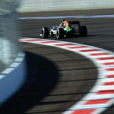 Sergio Pérez en la tercera curva del circuito de Sochi