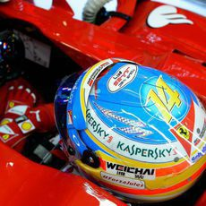 Fernando Alonso esperando a salir dentro del cockpit de su Ferrari