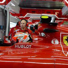 Kimi Räikkönen dentro del Ferrari en los boxes de Sochi