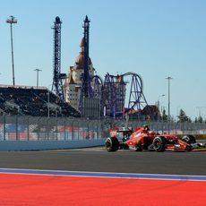 Kimi Räikkönen corriendo por las calles de Sochi
