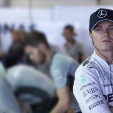 Nico Rosberg expentante con lo que sucede en pista