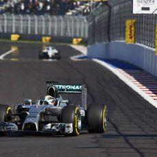 Lewis Hamilton trata de marcar tiempo en los entrenamientos del GP de Rusia