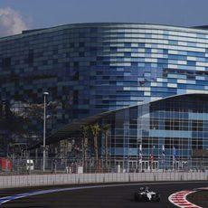 Valtteri Bottas rueda ante el estadio Olímpico de Sochi