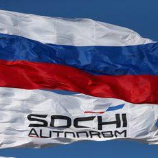 Banderas del circuito de Sochi y de Rusia ondean en el trazado