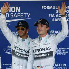 Lewis Hamilton y Nico Rosberg saludan a la prensa congregada en Sochi