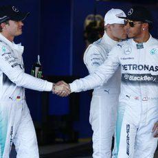 Nico Rosberg felicita a Lewis Hamilton tras la clasificación