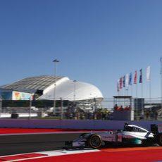Nico Rosberg subiéndose por los pianos del circuito de Sochi