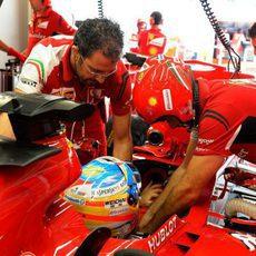 Fernando Alonso sale a pista a por un tiempo competitivo