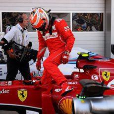 Kimi Raikkonen se baja del monoplaza con el trabajo hecho