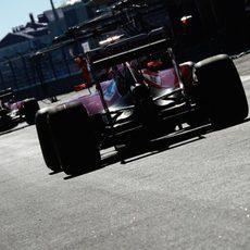 Los Ferrari abandonan la calle de boxes