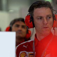 James Allison atento a lo que sucede en el box de Ferrari