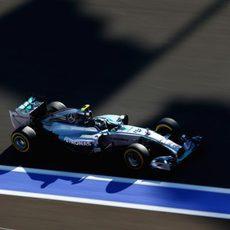Hamilton y Rosberg se dan la mano tras la clasificación