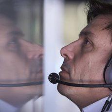 Toto Wolff dirigiendo al equipo desde la radio