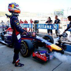 Daniel Ricciardo junto a su Red Bull