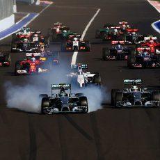 Nico Rosberg se pasa de frenada intentando adelantar a Lewis Hamilton en Sochi
