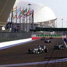 Lewis Hamilton perseguido por Nico Rosberg en los primeros compases de la carrera