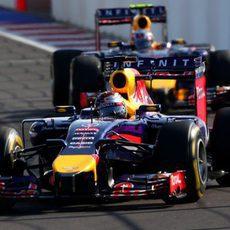 Sebastian Vettel por delante de Daniel Ricciardo en Sochi