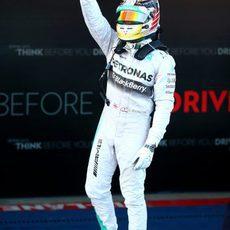 Lewis Hamilton hace el gesto de la victoria subido a su Mercedes