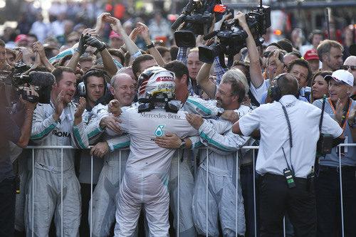 Hamilton se abraza a sus mecánicos tras ganar el Gran Premio de Rusia