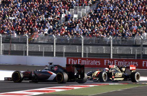 Romain Grosjean y Adrian Sutil se tocan en la curva 3