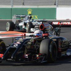 Romain Grosjean a punto de ser alcanzado por Nico Rosberg
